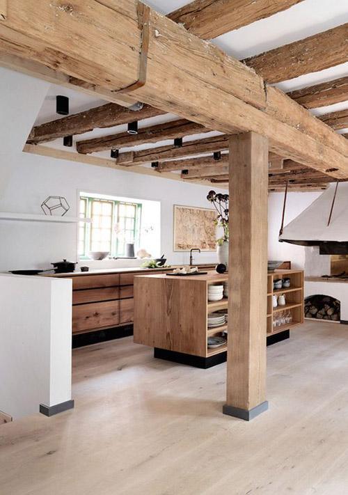 Isla de cocina de madera en una cocina rústica moderna