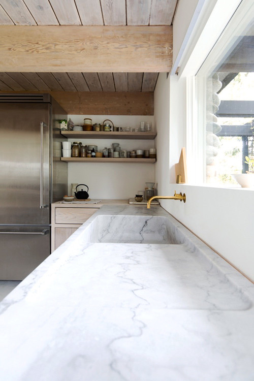 Mármol y madera en una cocina minimalista
