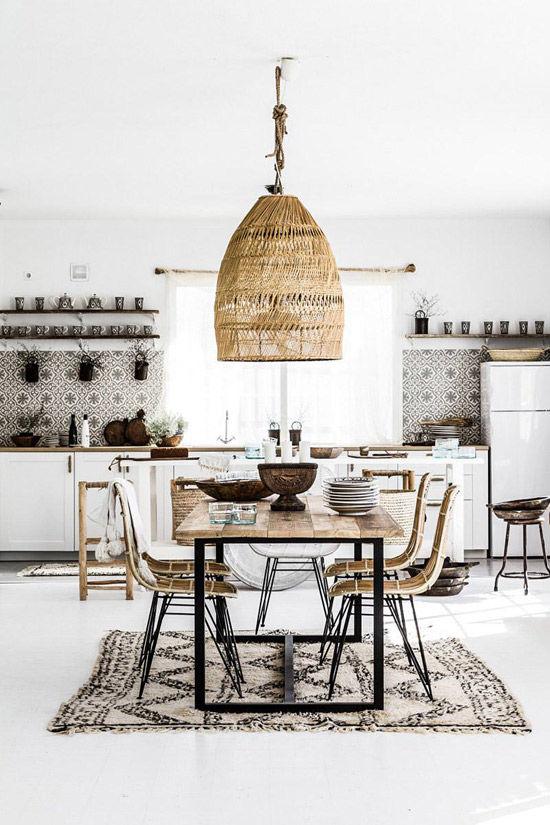 cocina nórdica decorada con una lámpara de mimbre