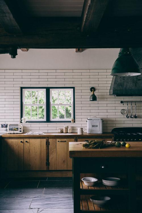 Cocina rústica en una casa de campo inglesa