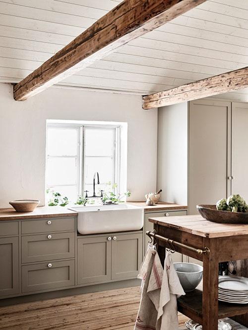 Isla de madera en una cocina rústica