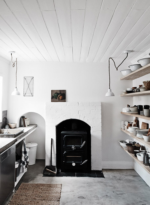 Cocina rústica con paredes y techo de color blanco