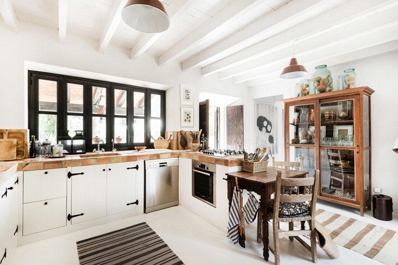 Cocina moderna en una casa de campo