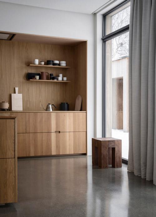 Una cocina con un diseño muy funcional y moderno para una casa con una decoración minimalista