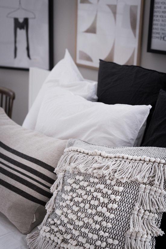 Cojines de estilo étnico en la decoración de un dormitorio