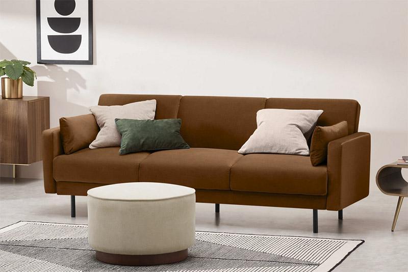 Qué cojines pongo en un sofá de color marrón