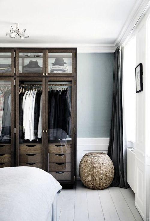 Muebles de madera oscura para contrarrestar el color de la pared