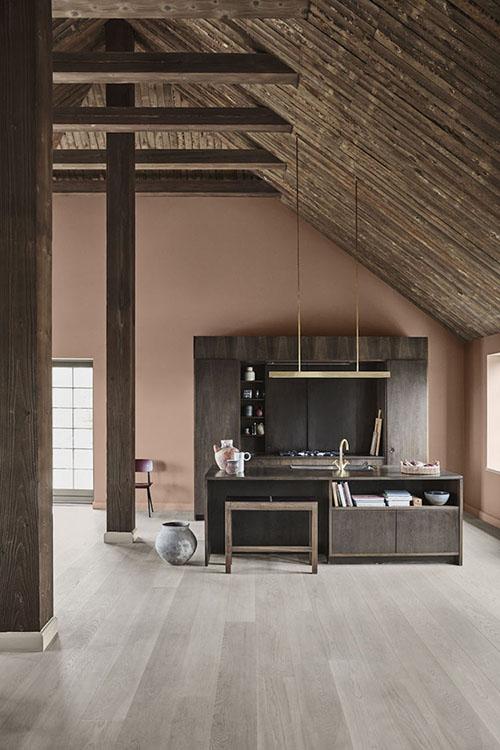 Tonalidades de colores crema oscuro en la decoración de espacios interiores