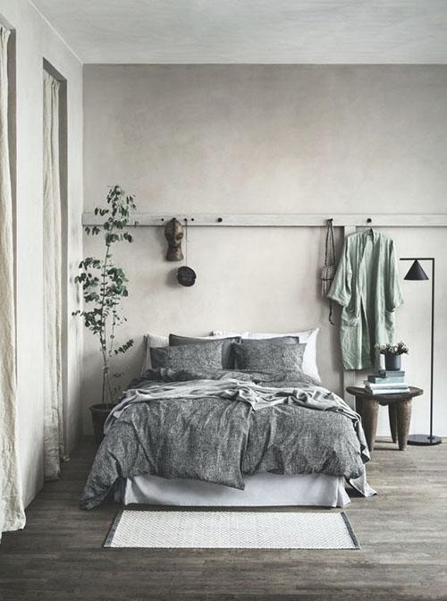 decoración alrededor de la cama de la habitación