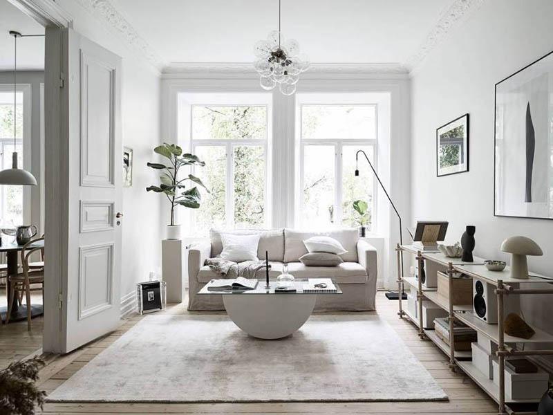 paredes y muebles de color blanco en un salón pequeño