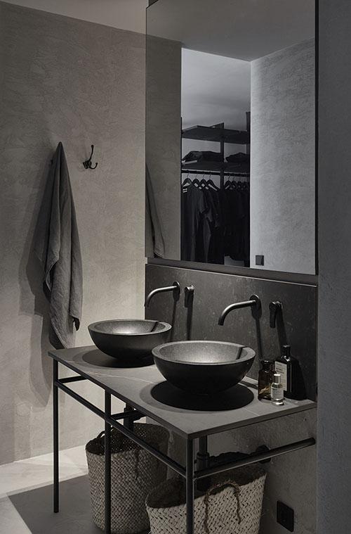 Colores oscuros en el diseño de cuartos de baño