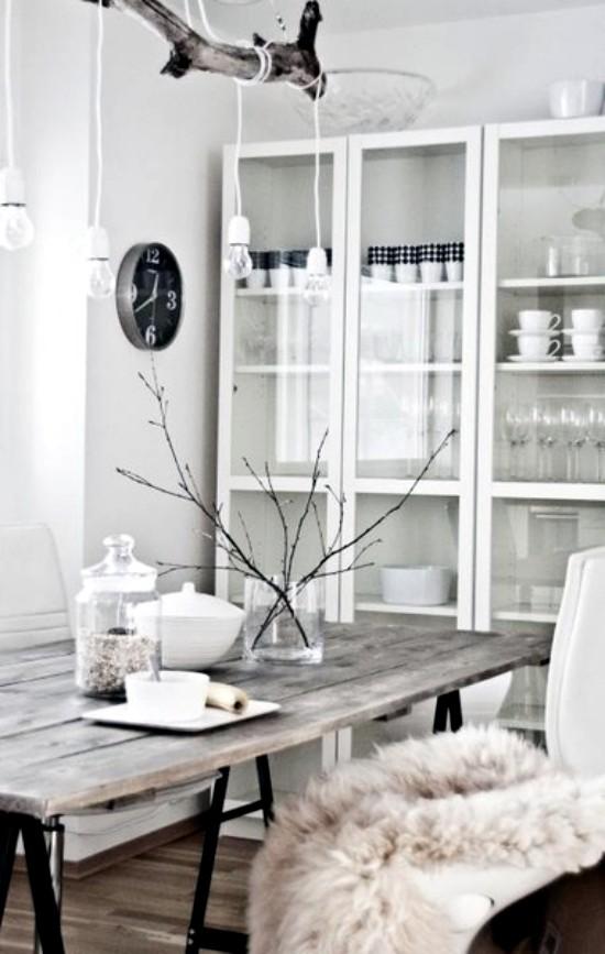 decoración de un comedor nórdico con ramas de madera