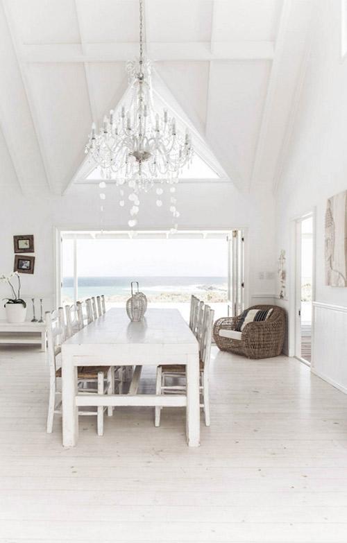 Comedor de una casa rústica en la playa