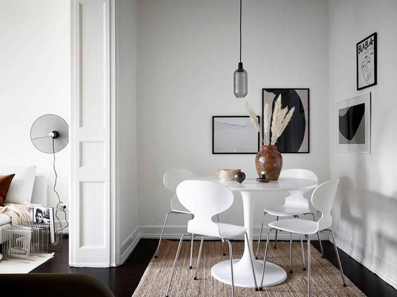 decoración de comedores pequeños con muebles nórdicos y el color blanco en las paredes