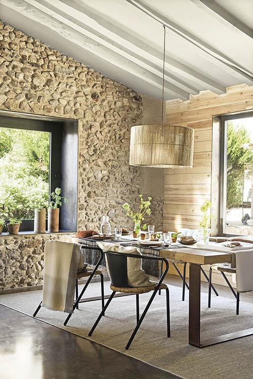 paredes de piedra en un comedor de estilo rustco