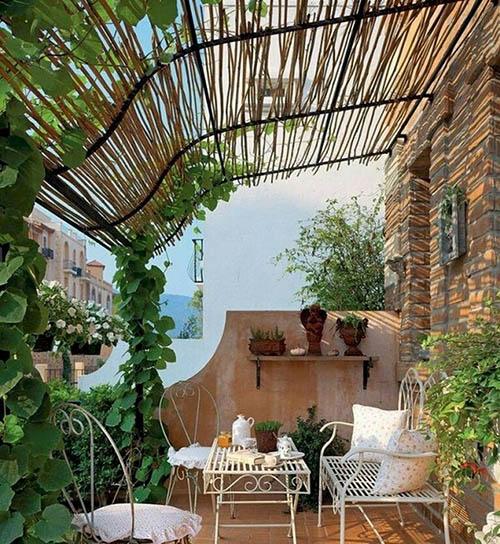 decoración de terrazas pequeñas con muebles de hierro forjado