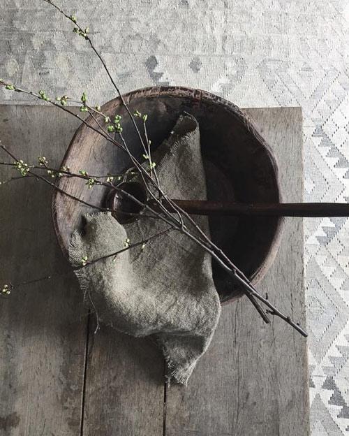 Trapos desilachados, cuencos de madera y ramas secas en los interiores wabi sabi