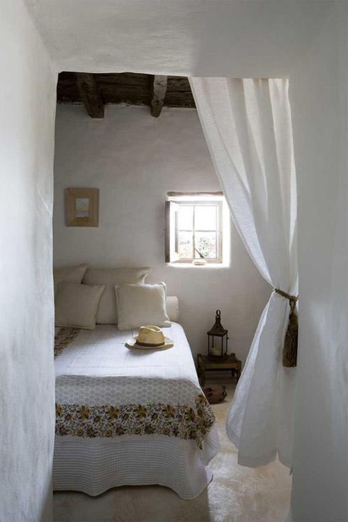 paredes blancas y sencillez en una habitación de una casa en formentera