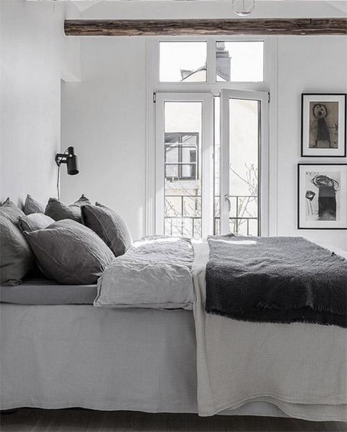 sábana bajera de lino de color blanco y almohadas y funda nórdica de color gris