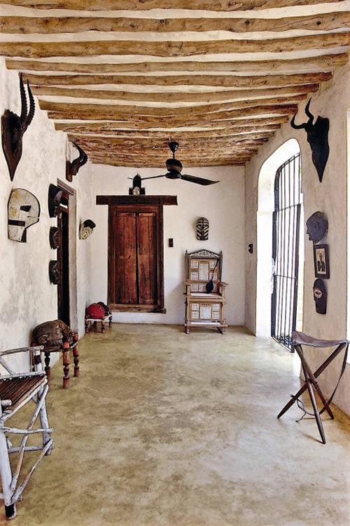 Una casa decorada con máscaras ytibales y objetos africanos