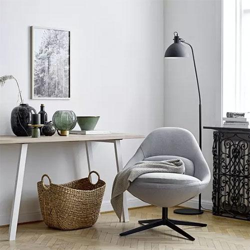 muebles de madera y cestas de mimbre en la decoración nórdica