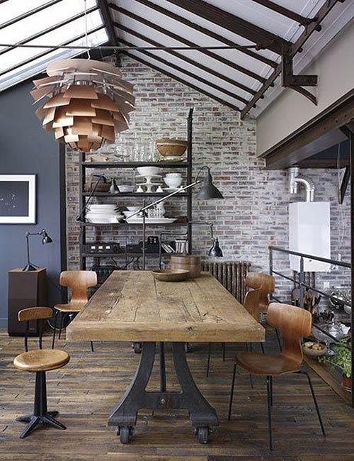 mesa de madera y sillas de diseño vintage
