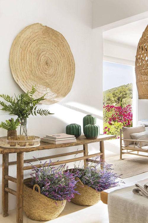 flores y cestas de mimbre para decorar un hogar con un estilo natural