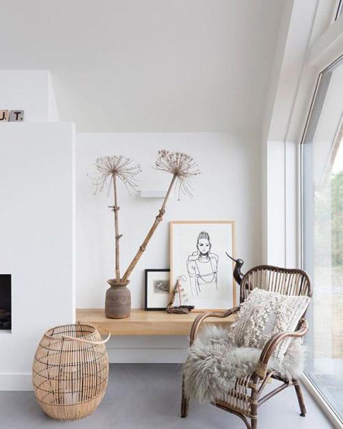 Cesta de mumbre en la decoración de una sala de estar