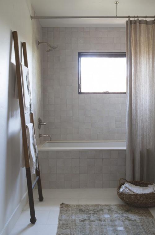 baldosas brillantes en la decoración del baño