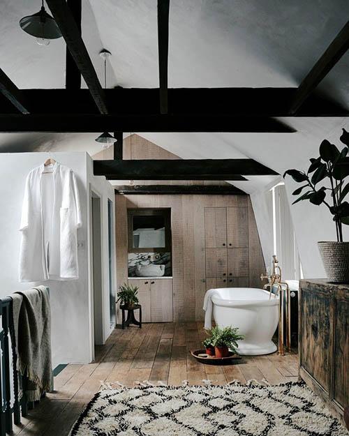 Lavabo de estilo rústico en una casa de montaña