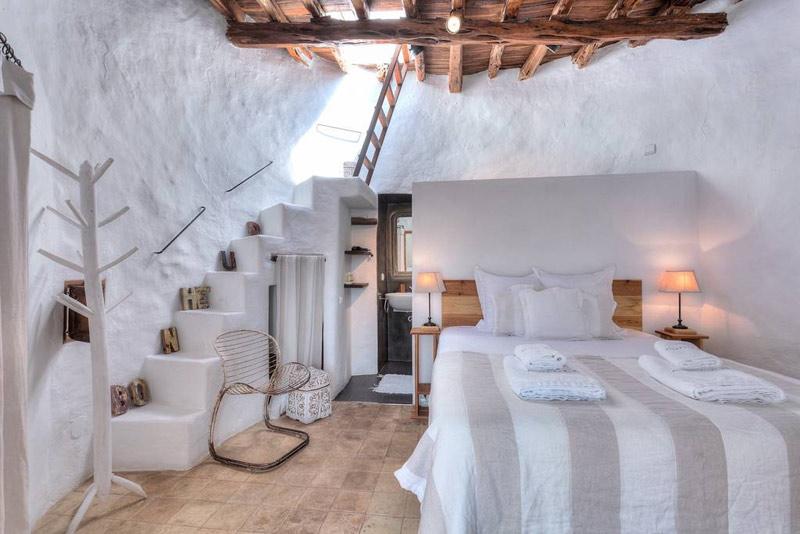 paredes de color blanco en un dormitorio en un hotel de ibiza