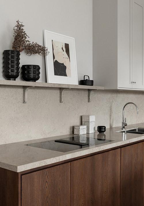 encimera de marmol y muebles de madera en una cocina nórdica