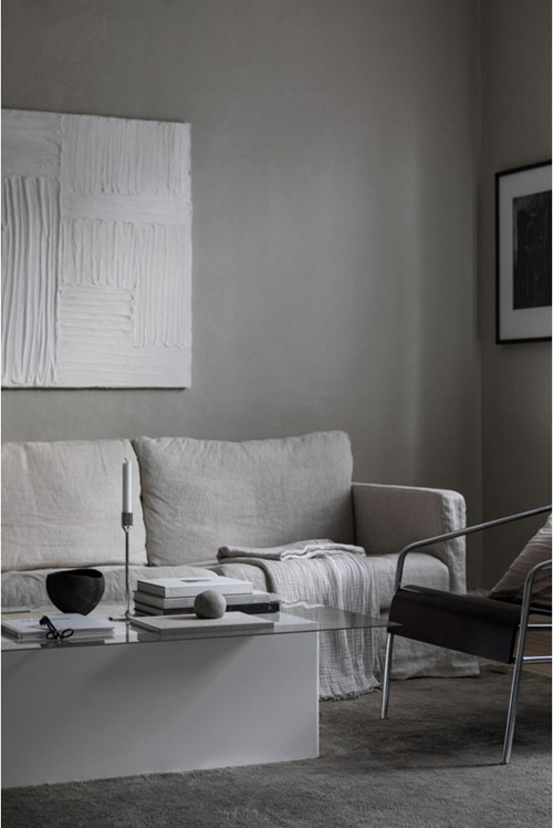 Una casa de estilo moderno decorada con tonos grises