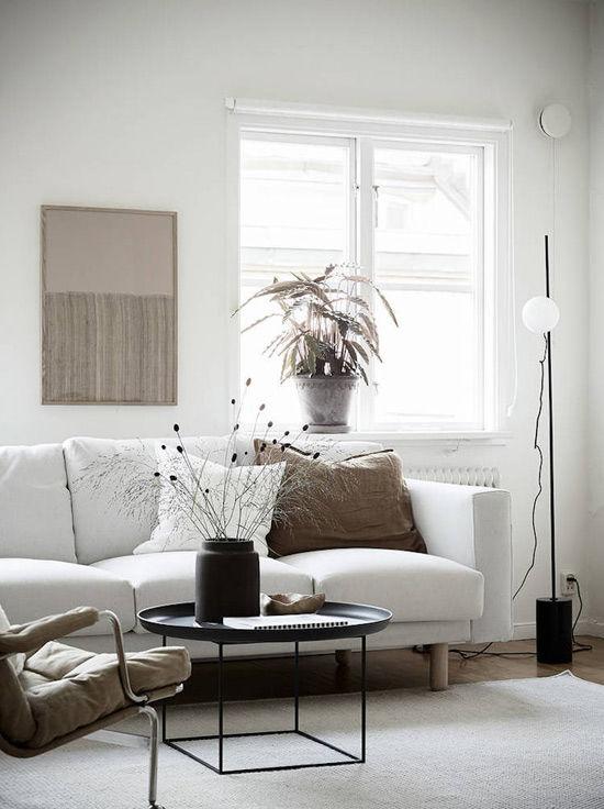 Salón de estilo escandinavo decorado con plantas