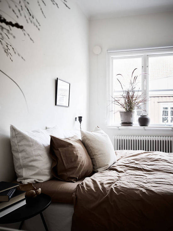 Habitación de una casa escandinava decorada con plantas