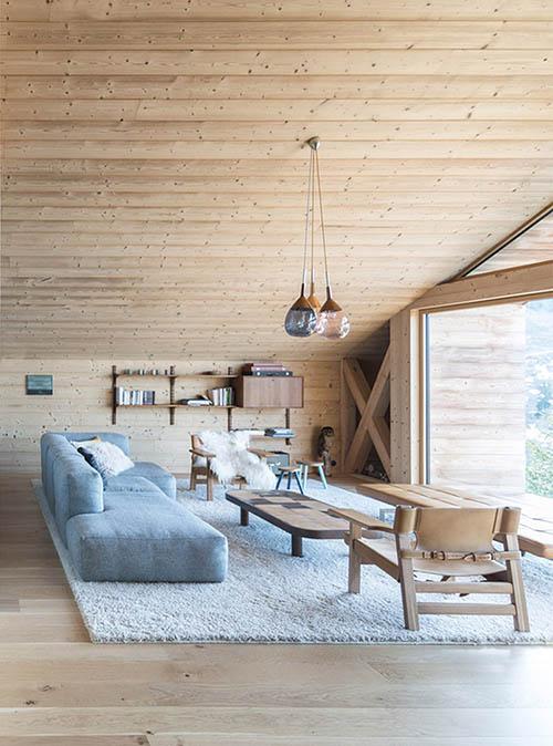 Muebles de diseño en el salón de una cabaña de madera