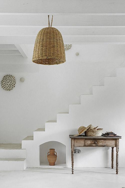 muebles de madera y lamparas de mimbre en la decoración rústica