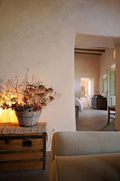 muebles de madera y ramas secas en la decoracion de un hotel en italia