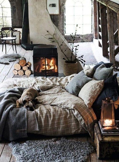 Una habitación rústica en una casa de campo