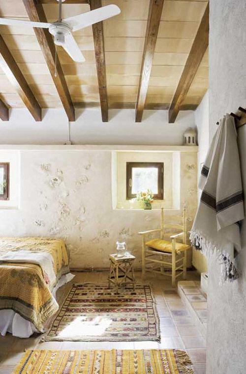 Habitación decorada con un estilo rústico mediterráneo