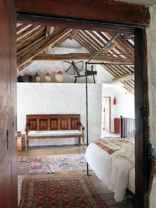 Dormitorio rústico en una casa de campo inglesa