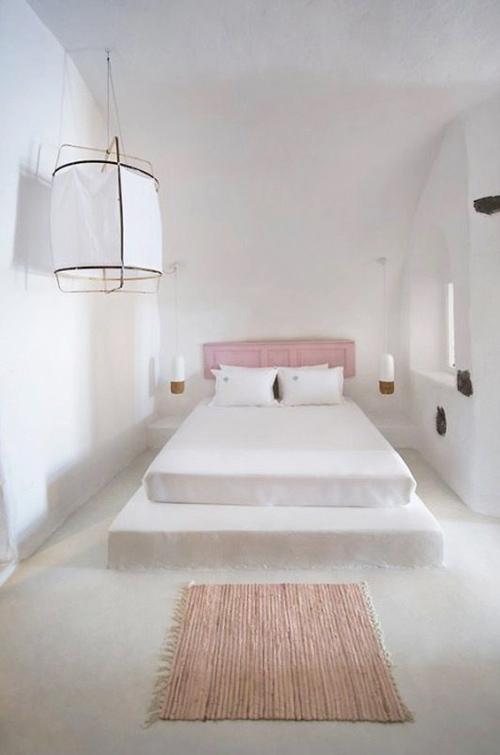 decoración minimalista en un dormitorio de un hotel griego