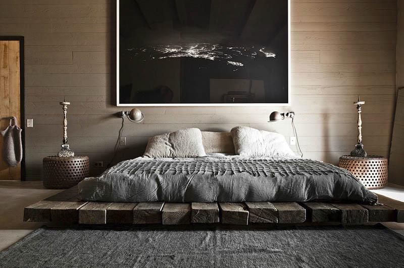 Una habitación de dormitorio decoradad com un estilo rústico moderno