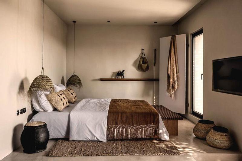 Habitación de un hotel decorado con elementos naturales y objetos étnicos