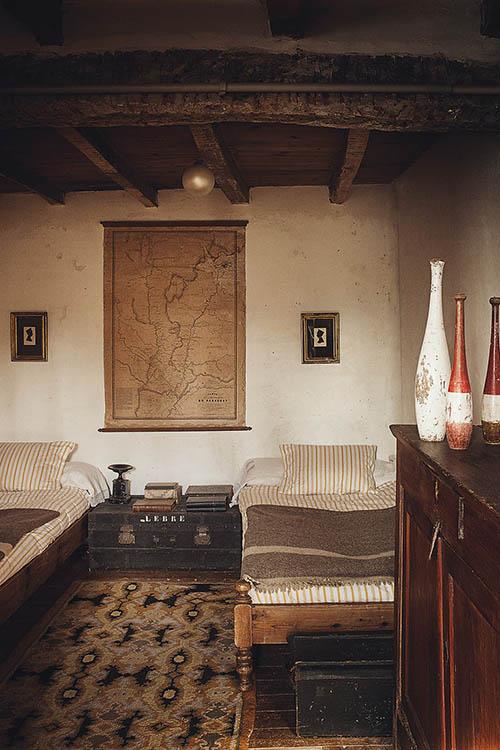 Muebles de madera en una casa de campo