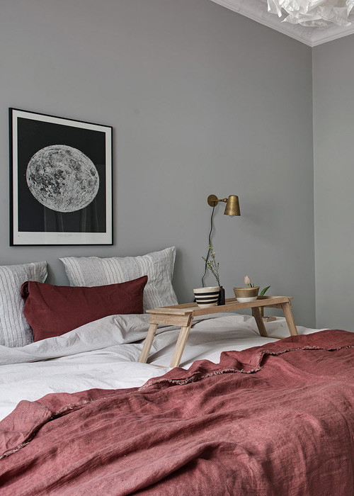 Colores vivos en la ropa de cama para contrarrestar el gris de la pared
