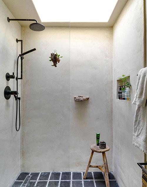 Ducha con pared de cal blanca