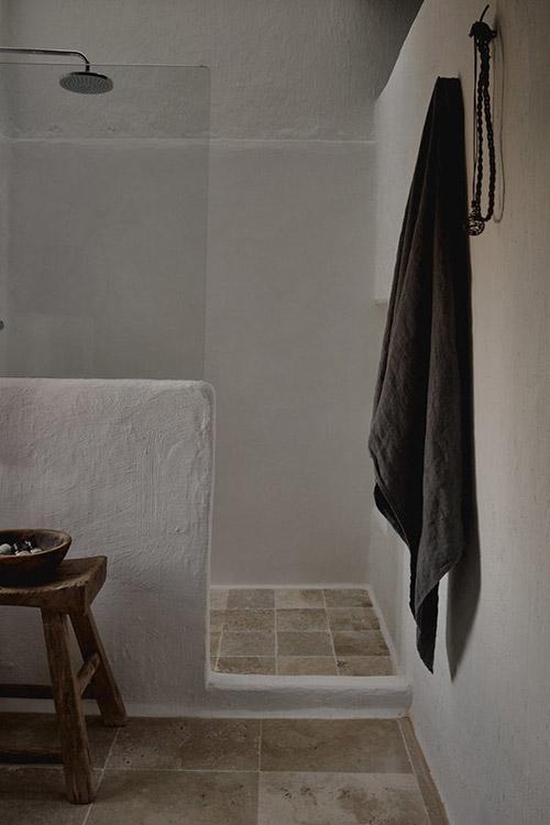 Taburete de madera en un lavabo de estilo mediterráneo