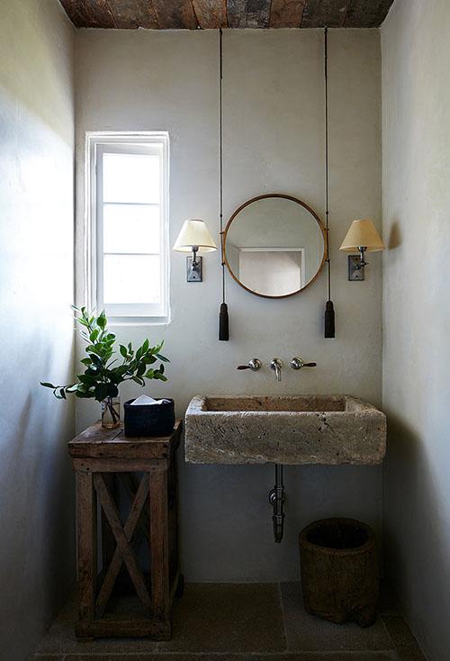 Encimaera de piedra en un lavabo de estilo rural