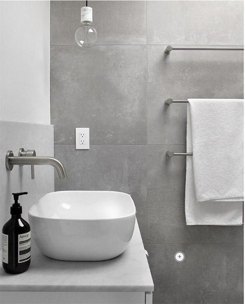 grifos de metal en los baños modernos
